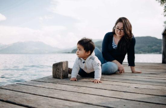 Maman et petit garçon sur un ponton au bord du lac