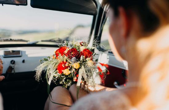 Mariée dans la voiture avec son bouquet