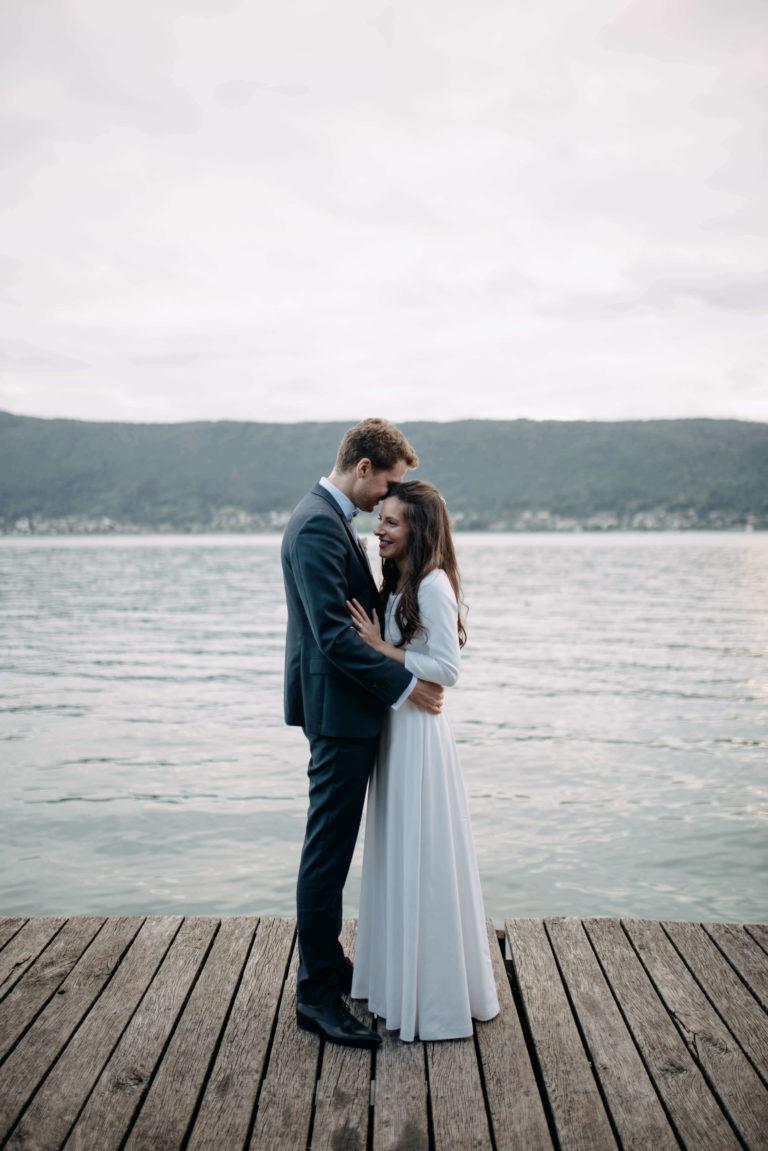 Couple de mariés au bord du Lac d'Annecy