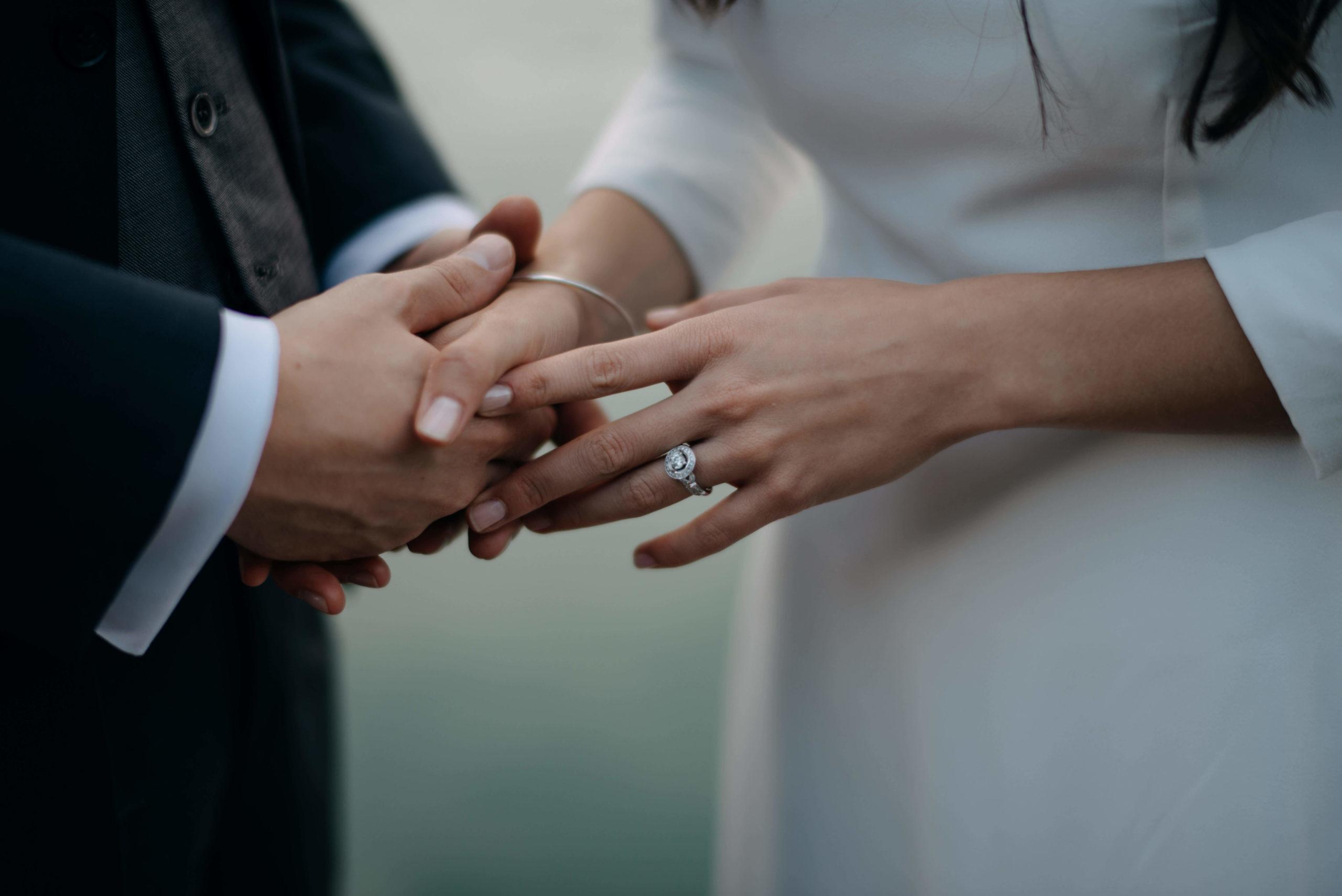 Mariés qui se tiennent la main