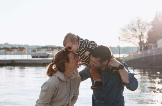 Famille au bord du lac d'Annecy