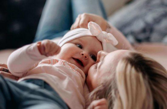 Maman et bébé allongés