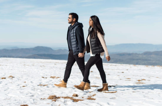 Couple qui marche dans la neige à la montagne