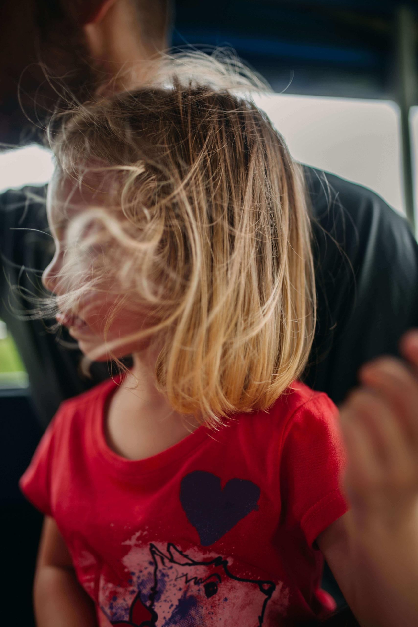 Petite fille cheveux aux vent
