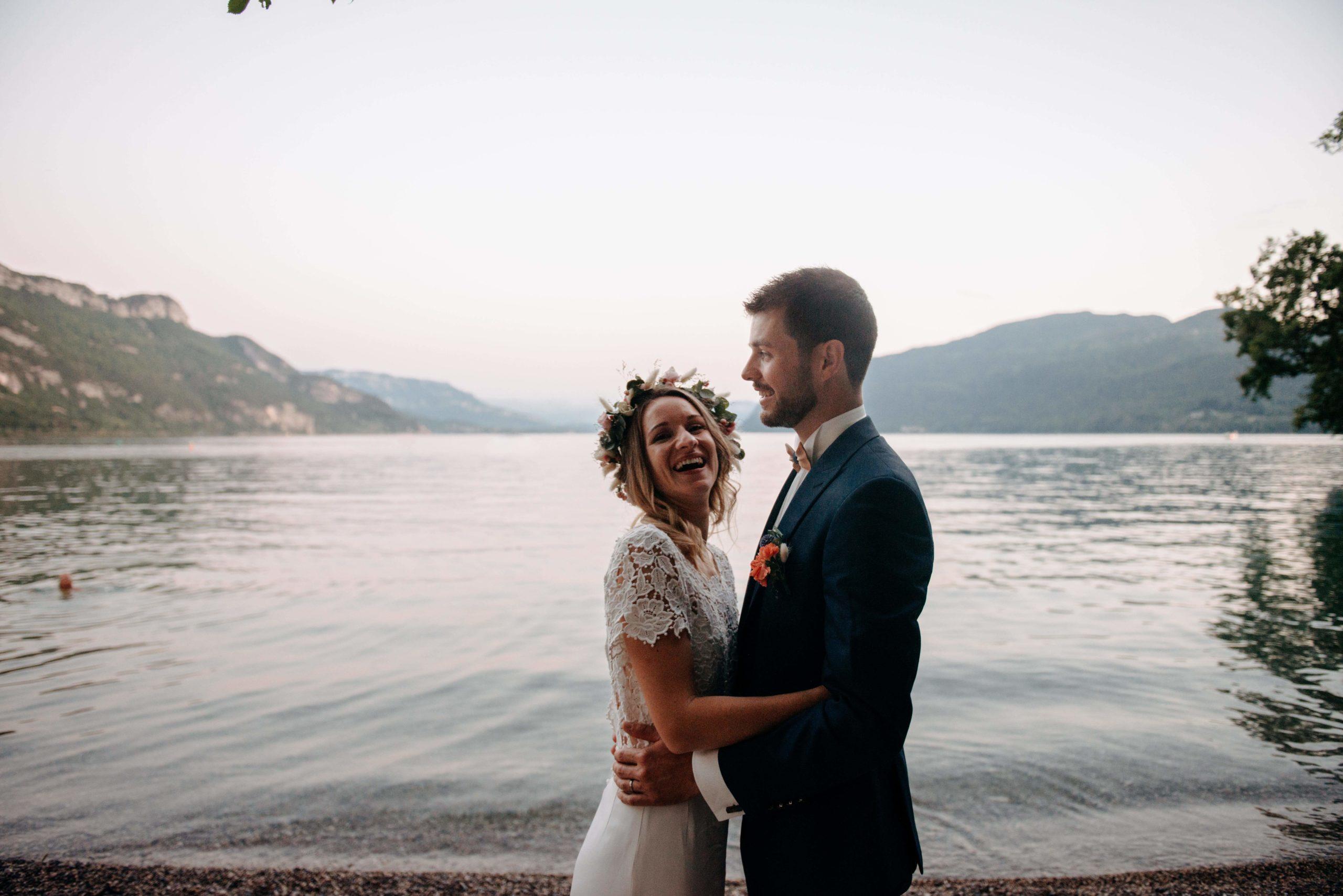 couple de mariés au bord du lac du Bourget